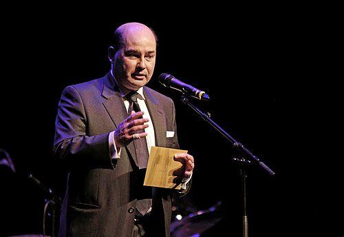 Marc Clairbois (Délégué Wallonie-Bruxelles à La Haye) biedt de Prijs Bruxelles-Wallonie aan.