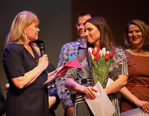 Frances Gramende, jurylid, feliciteert Hiske Oosterwijk met het behalen van de Grand Prix Alliance Française 2017.