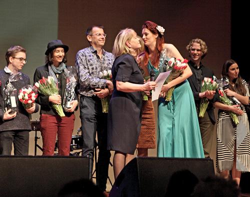 Frances Gramende feliciteert Anne-Linde van de Veen met het behalen van de Prix Liesbeth List Jeunes Artistes.